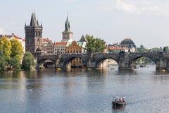 Historische horizon bij de moldova rivier, Praag, Tsjechische Republiek stock foto's