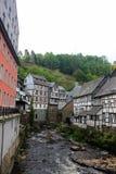 Historische houten gebouwen in Monschau bij rivierrur, Duitsland, 28 Mei, 2016 Stock Fotografie