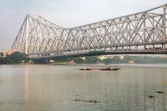 Historische Howrah-Brücke auf dem Fluss der Ganges Howrah-Brücke ist eine Auslegerbrücke mit einem Gerberträger über dem Hooghly- Stockbild