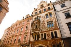 Historische huisvoorgevel van het Wenzel Storch-huis in het Oude Stadsvierkant in Praag, Tsjechische Republiek royalty-vrije stock foto