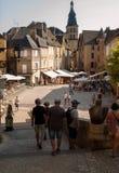 Historische huizen die Place DE La Liberte in Sarlat-La Caneda in Dordogne-Afdeling, Aquitaine, Frankrijk omringen stock fotografie