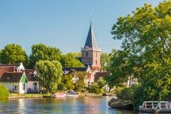 Historische huizen naast de Nederlandse rivier Vecht royalty-vrije stock afbeelding