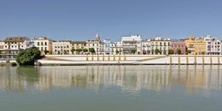 Historische huizen van Triaan-buurt op de dijk van de rivier van Guadalquivir in Sevillle, Spanje stock afbeelding