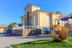 Historische Ingang aan het grote Bioskooptheater, genoemd Wostok met Monumenten De Ingang en de Overwelfde galerij aan het het pa stock fotografie