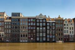 Historische Kanalhäuser auf dem Damrak Lizenzfreie Stockbilder