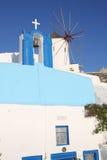 Historische Kapelle und Windmühle in Oia, Santorini-Insel, Greeece Lizenzfreies Stockbild
