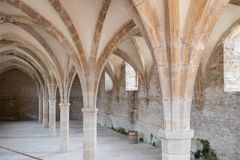 Historische kelders en een vat wijn in Cluny-abdij Saône et de Loire, Bourgondië Frankrijk Europa royalty-vrije stock fotografie
