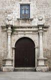 Historische kerkvoorgevel en ingangsdeur in Merida, Mexico Stock Foto