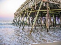 Historische Kitty Hawk Pier op het Noorden Carolina Outer Banks stock fotografie