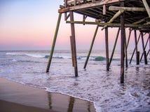 Historische Kitty Hawk Pier op het Noorden Carolina Outer Banks stock afbeeldingen