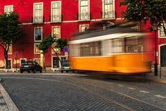 Historische klassieke gele die tram van Lissabon gedeeltelijk van houten n wordt gebouwd Royalty-vrije Stock Afbeelding
