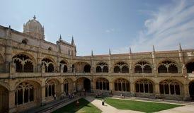 Historische Kloosterbinnenplaats en bogen in Portugal stock foto's