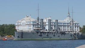 Historische Kreuzer Aurora auf dem Neva-Fluss- St Petersburg, Russland stock video