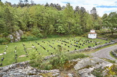 Historische kruisen en grafstenen in een kleine begraafplaats stock foto