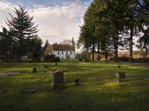 Historische ländliche Kirche und Friedhof lizenzfreies stockbild