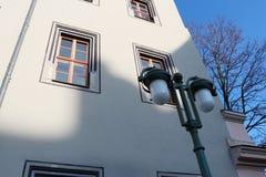Historische Laterne und Architektur in Weimar stockfotografie