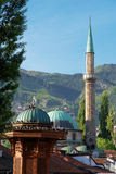 Historische lettersoort en Moskee in Sarajevo Stock Afbeelding