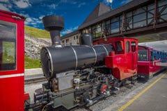 Historische Lokomotive des roten Dampfs, die in Schafbergspitze-Station in Österreich wartet lizenzfreies stockbild