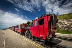 Historische Lokomotive des roten Dampfs, die in Schafbergspitze-Station nahe Salzburg wartet lizenzfreies stockbild
