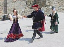 Historische markt - dansers die een middeleeuwse dans voorstellen royalty-vrije stock foto's