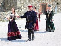 Historische markt - dansers klaar voor middeleeuwse dans royalty-vrije stock afbeeldingen