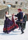 Historische markt - geschiedenisventilators in historische kostuums die een middeleeuwse dans voorstellen royalty-vrije stock foto