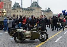Historische Militär-Hardware auf Paraderekonstruktion auf Rotem Platz in Moskau Lizenzfreie Stockbilder