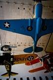 Historische Militärflugzeuge, die in einem Museum hängen stockfoto