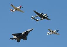 Historische militaire vliegtuigen in vlieg langs Stock Foto