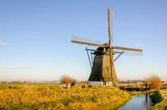 Historische mit Stroh gedeckte Windmühle in einem niederländischen Polder lizenzfreie stockfotos