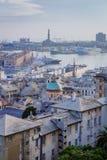 Historische Mitte und der Hafen von Genua an der Dämmerung in Genua, Italien stockfoto