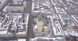 Historische Mitte von Lemberg-Stadt im Winter von oben stock video footage