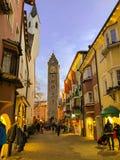 Historische Mitte von Vipiteno Sterzing mit Weihnachtsdekorationen und -lichtern Touristen, die in die Hauptstraße der Stadt gehe lizenzfreie stockfotografie