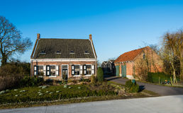 Historische Nederlandse boerderij met een schuur Stock Afbeelding