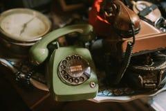Historische Oude Uitstekende Telefoons op Antieke Opslag Stock Fotografie