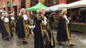 Historische parade in traditionele de 18de eeuwkostuums langs de straten van Modena stock video