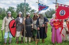 Historische reenactors in den Klagen und mit Waffen in den Rängen Stockbilder