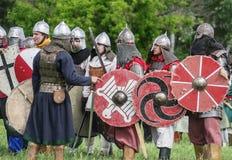 Historische reenactors in den Klagen und mit Waffen in den Rängen Lizenzfreie Stockbilder