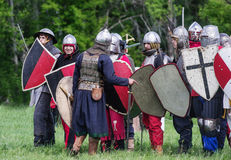 Historische reenactors in den Klagen und mit Waffen in den Rängen Stockfoto