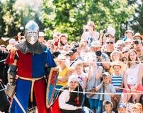 Historische restauratie van ridderlijke strijden Ridder Posing For Spe Stock Foto's