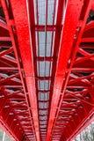 Historische rote Eisenbahnbrücke stockfotografie