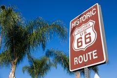 Historische route 66 wegteken met palm en een blauwe hemel Stock Fotografie
