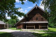 Historische Russische houten gebouwen stock foto's
