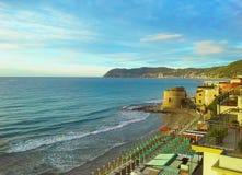 Historische Saracene torenstad van Alassio op Zonsondergang, een populaire toevluchtstad op Italiaanse Riviera, provincia Savona, Royalty-vrije Stock Foto's