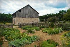 Historische Scheune mit Blumen-Garten Lizenzfreie Stockbilder