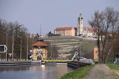 Historische Schleusentoren durch die Stadt von Melnik Lizenzfreies Stockfoto