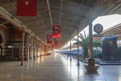 Historische Sirkeci-Bahnstation mit türkischen Flaggen Lizenzfreie Stockfotografie