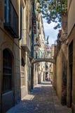 Historische smalle straat in Barcelona Stock Foto's