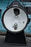 Historische spoorweglamp met gloeilamp en extra kerosinelamp en vasp Stock Foto