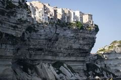 Historische stad op een witte klip die het overzees in de haven van Bonifacio overzien stock fotografie